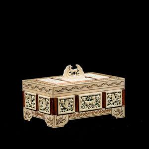 Резные шкатулки из кости и бивня мамонта