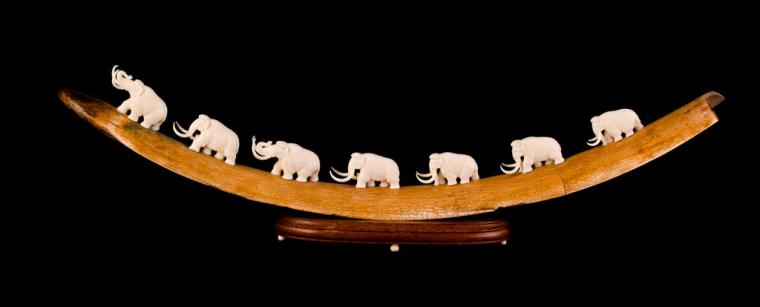 Мамонты на дуге из бивня мамонта