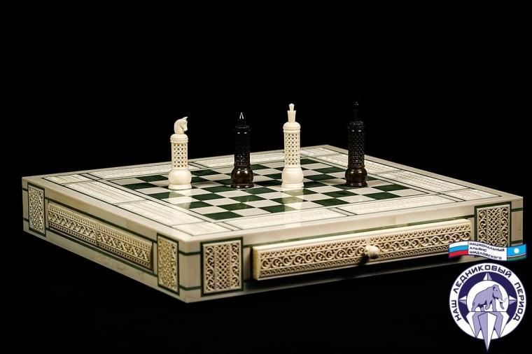 Шахматы Белые с зеленым из кости мамонта